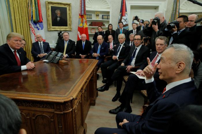 백악관 대통령 집무실서 트럼프 만나는 류허 중 부총리 [로이터 = 연합뉴스]
