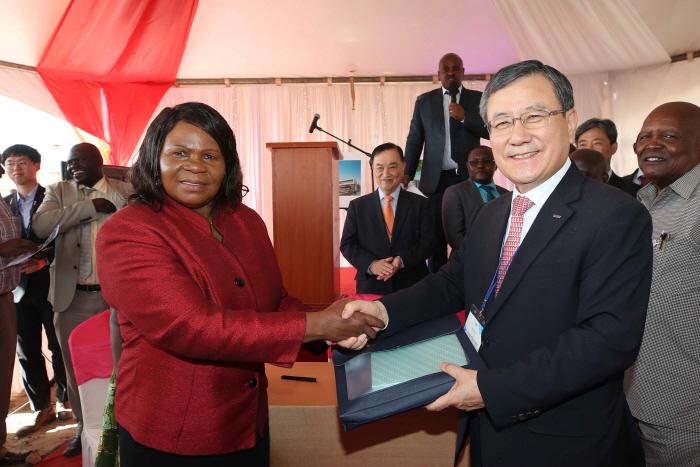 신성철 KAIST 총장(오른쪽)이 12일(현지시간) 케냐 나이로비 인근 콘자기술혁신도시(Konza Technopolis City)에서 한국 및 케냐 관계자들이 참석한 가운데`케냐 ...
