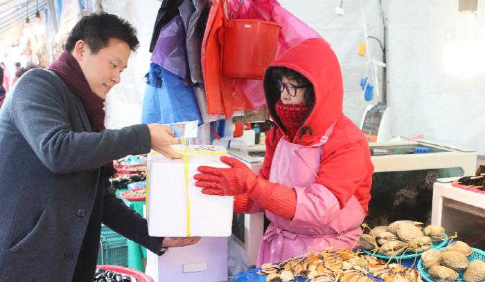 한국동서발전은 13일부터 한달 간 울산농수산물도매시장내 화재 피해를 입은 상가를 방문해 장보기 행사 및 부서별 식사를 시행한다. [사진제공 = 한국동서발전]