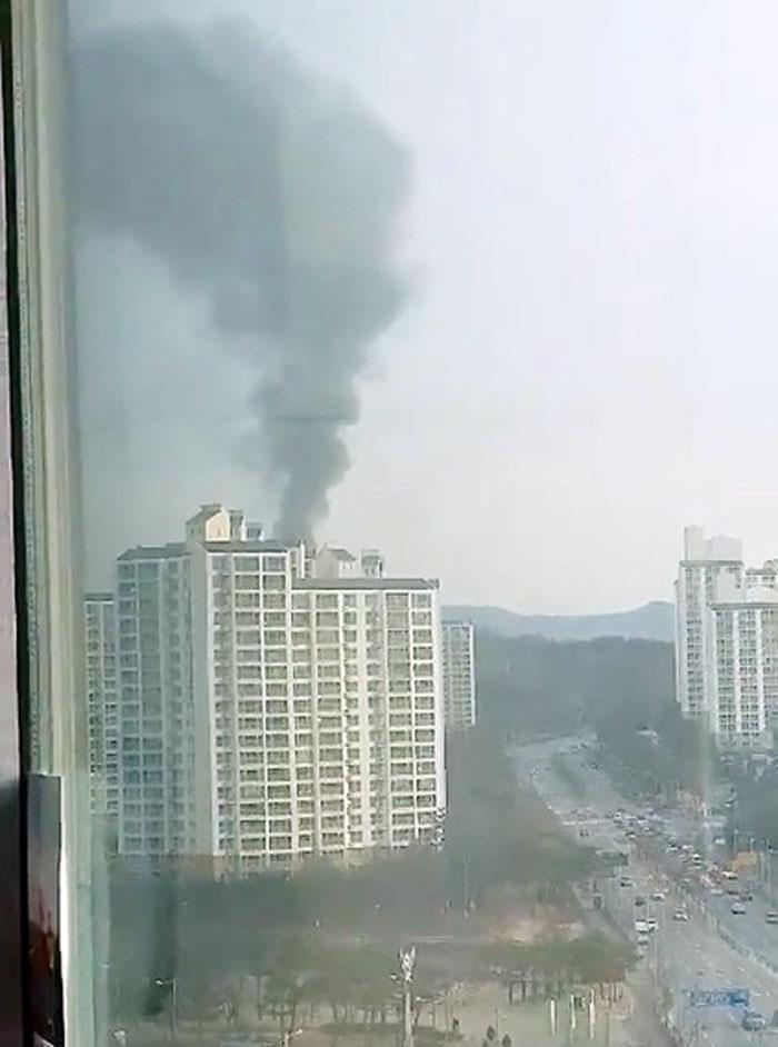 화약과 폭약 등을 취급하는 한화 대전공장에서 폭발 사고가 나 근로자 3명이 숨졌다. 14일 오전 8시 42분께 대전 유성구 외삼동 한화 대전공장에서 강한 폭발과 함께 화재가 발생했...