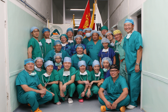 몽골 간이식 역사를 새롭게 써가고 있는 서울아산병원 간이식팀과 몽골 의료진 기념사진.
