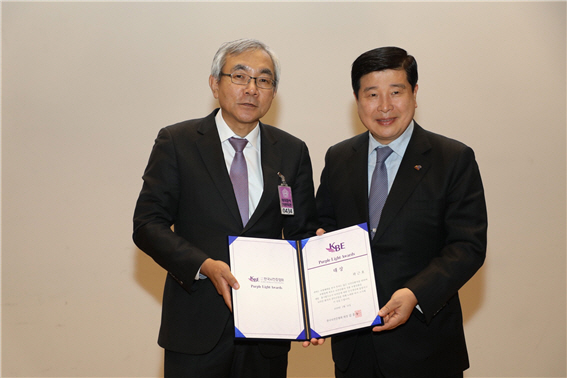 곽근호 에이플러스그룹 회장(오른쪽)과 한국 뇌전증협회장 김흥동 연대 의대 교수(왼쪽)가 기념 촬영을 하고 있다.