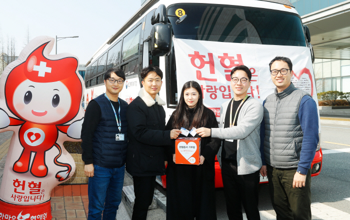 13일 삼성디스플레이 아산캠퍼스에서 열린 '사랑의 헌혈 캠페인'에 참여한 직원들이 헌혈증을 기증하고 있다. [사진제공 = 삼성디스플레이]