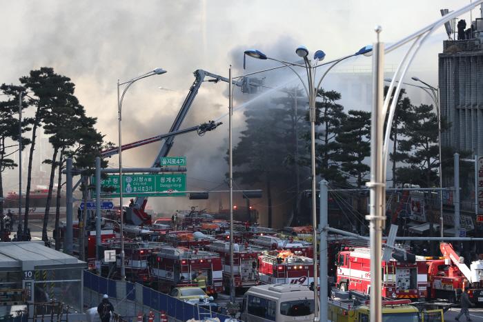 14일 오후 화재가 발생한 서울 중구 을지로 4가 인근 철물점 밀집지역에서 소방대원들이 화재진압 작업을 벌이고 있다. [사진 출처 = 연합뉴스]