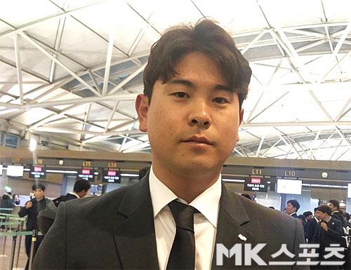 두산 베어스 투수 윤명준이 20일 일본 미야자키로 출국하기 전 인터뷰를 하고 있다. 두산은 3월 8일까지 미야자키에서 2차 스프링캠프를 실시한다. 사진(인천공항)=이상철 기자