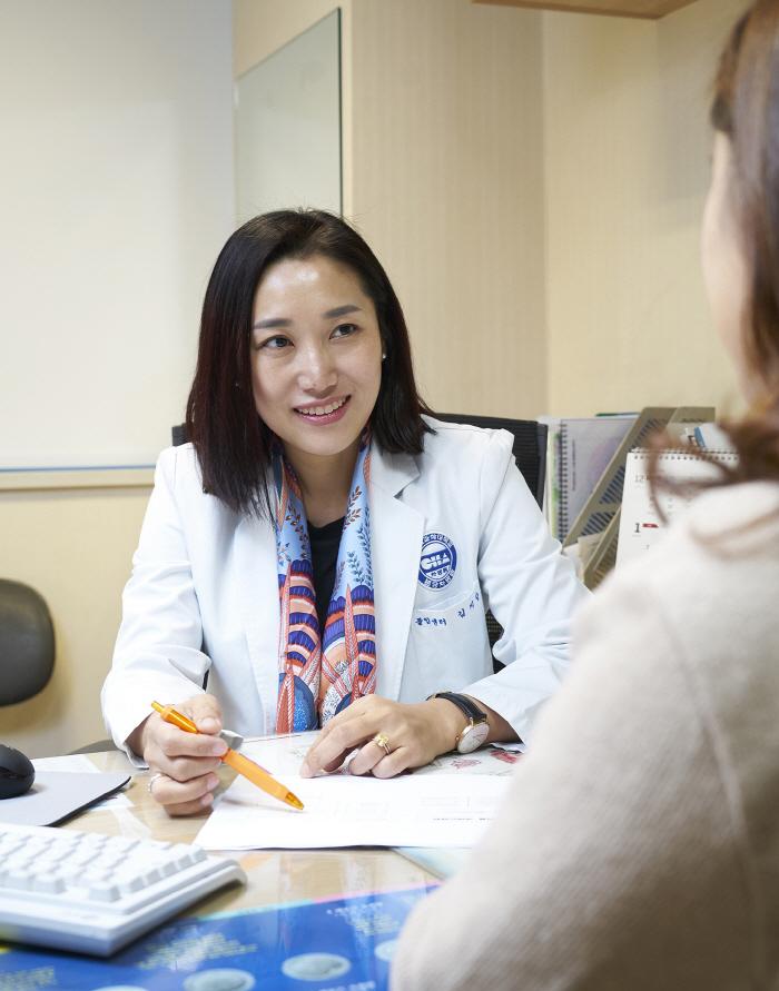 분당차병원 난임센터 김지향 교수가 진료를 보고 있다.