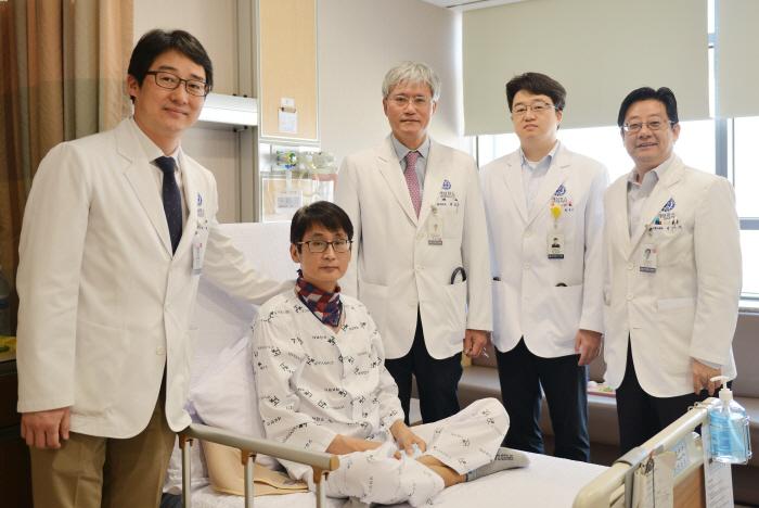 왼쪽부터 이식외과 주동진 교수, 서종관씨, 흉부외과 백효채 교수, 간담췌외과 한대훈 교수, 호흡기내과 박무석 교수