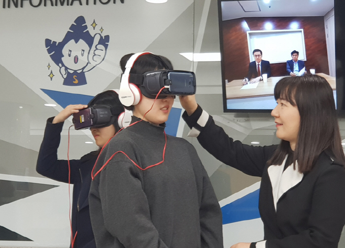 VR 면접을 진행 중인 취업준비생 모습 [사진 = 숙명여대]