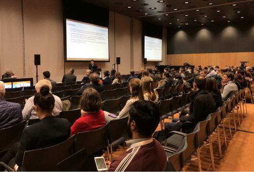 김우주 고려대구로병원 감염내과 교수가 15일(현지시간) 네덜란드 암스테르담에서 열린 유럽 임상 미생물학 및 감염질환 학회'에서 CT-P27의 임상 2상 결과를 발표하고 있다. [사...