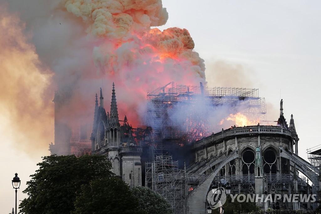 지난 15일(현지시간) 프랑스 파리 노트르담 대성당에서 큰불이 난 모습 [EPA = 연합뉴스]