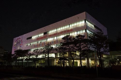 GC녹십자는 세계 혈우인의 날을 알리기 위해 용인 R&D센터 외벽에 관련 이미지의 파사드를 게재했다. [사진 제공 = GC녹십자]