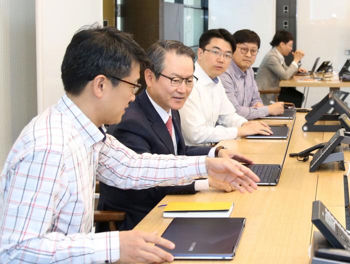 신한생명은 16일 직원들의 다양한 아이디어를 바탕으로 혁신적인 조직문화를 구축하고 업무 전반에 인슈테크를 적용하고자 CEO 직속 조직인 `이노베이션 센터를 신설했다고 밝혔다. 성대...