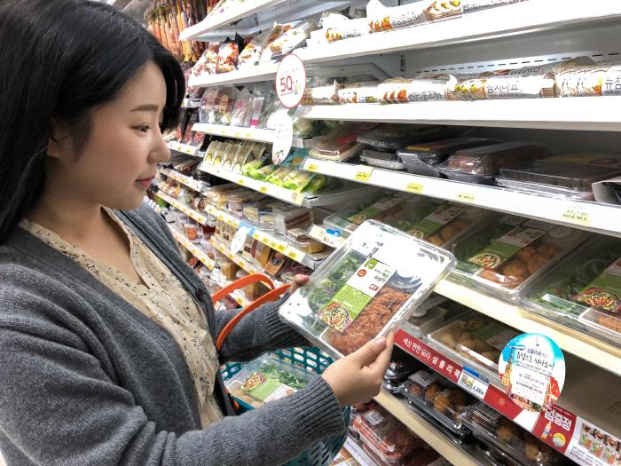 17일 GS25에서 한 고객이 심플리쿡 상품을 살펴보고 있다.  [사진제공 = GS리테일]