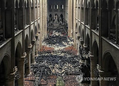 노트르담 대성당 내부에 쌓여 있는 화재 잔해. [사진출처 = 연합뉴스]