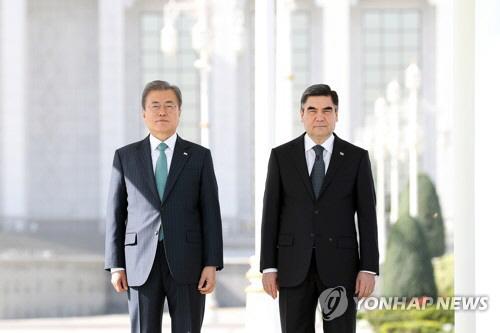 나란히 선 한-투르크메니스탄 대통령. [사진출처 = 연합뉴스]