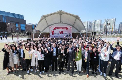 삼성바이오로직스 임직원들이 피크닉 겸 야외 음악회 '봄비' 행사를 마친 뒤 기념사진을 찍고 있다. [사진 제공 = 삼성바이오로직스]