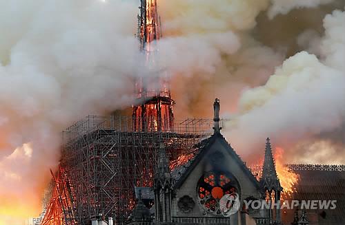 불길에 휩싸인 노트르담 대성당. [사진출처 = 연합뉴스]