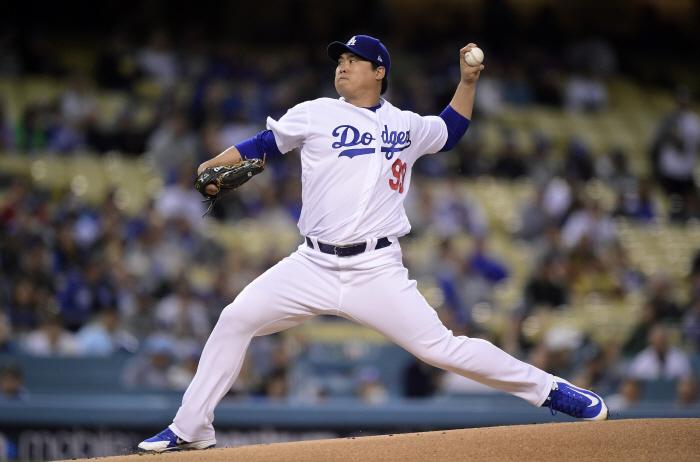 류현진(로스앤젤레다스 다저스)이 7일(현지시간) 미국 로스앤젤레스 다저스타디움에서 열린 애틀랜타 브레이브스와의 2019 미국프로야구 메이저리그(MLB) 경기에 선발 출전해 1회에 ...