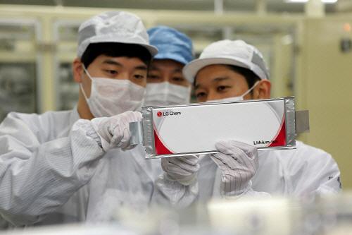 LG화학 임직원들이 배터리를 점검하고 있다. [사진 제공 = LG화학]