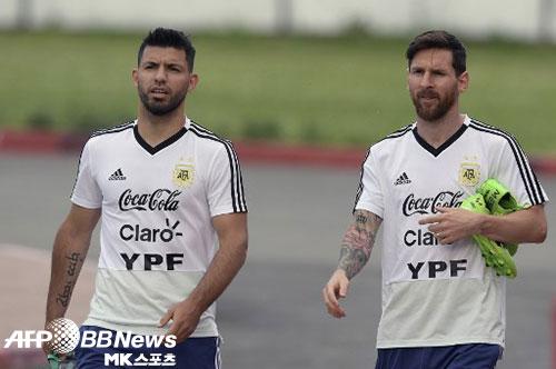 세르히오 아구에로(왼쪽)는 아르헨티나 대표팀에서 함께 뛰었던 리오넬 메시(오른쪽)를 지지했다. 사진(러시아 니즈니노브고로드)=ⓒAFPBBNews = News1