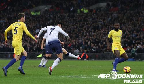손흥민은 2018-19시즌 칼링 골 오브 더 시즌을 수상할까. 사진은 2018년 11월 24일(현지시간) 열린 프리미어리그 토트넘-첼시전에서 득점하는 손흥민. 사진(英 런던)=ⓒA...