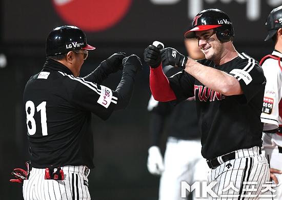 LG 조셉(오른쪽)이 16일 부산 사직구장에서 열린 롯데와 경기서 지난 10일 복귀 후 두 번째 멀티히트를 작성했다. 사진=MK스포츠 DB