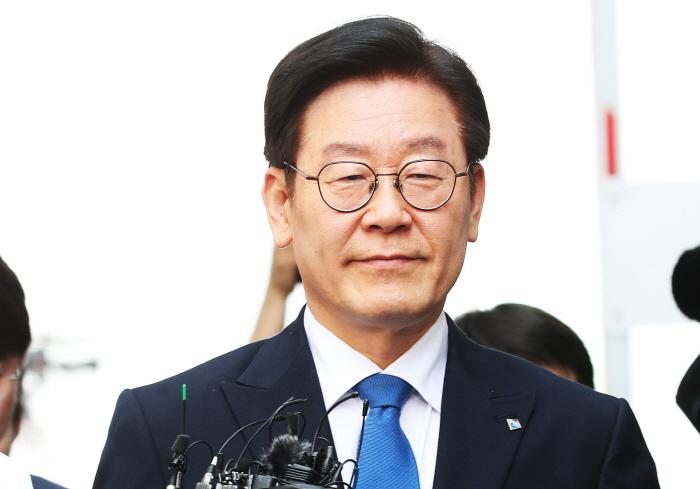 법원 들어서는 이재명 경기지사. [사진제공 = 연합뉴스]