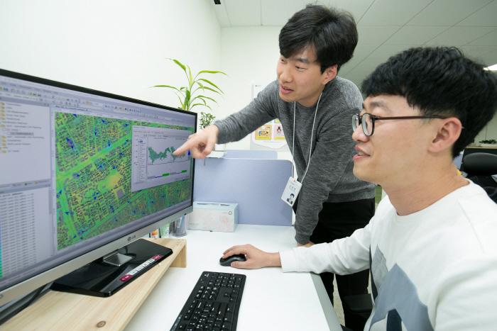 LG유플러스는 서울 종로지역을 대상으로 자체 전파모델을 적용한 셀 설계를 통해 5G 속도와 커버리지를 측정한 결과, 동일한 기지국 수를 설치하더라도 서비스 커버리지가 더 넓은 것으...