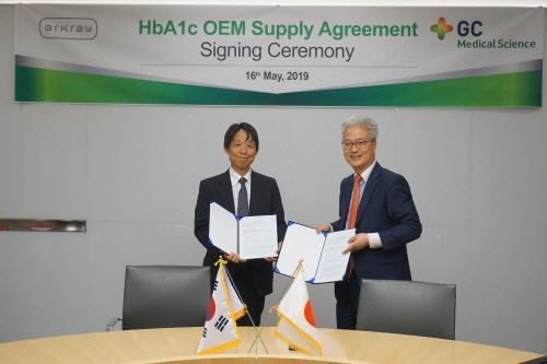 안은억 GC녹십자엠에스 대표(오른쪽)와 야오 유키토시(Yao Yukitoshi) 아크레이 최고재무책임자(왼쪽)가 지난 16일 당화혈색소 측정 시스템 공급 계약을 맺고 기념 사진을 ...