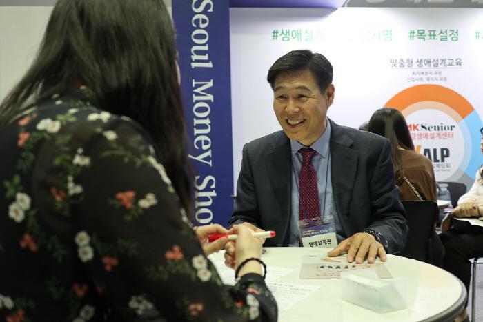 박정락 생애설계사(오른쪽)가 30대 직장인에게 생애설계에 대해 설명하고 있다. [사진 제공 = 전종헌 기자]