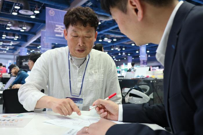 김창래(왼쪽) 생애설계사가 생애설계진단키트를 설명하고 있다. [사진 제공 = 전종헌 기자]