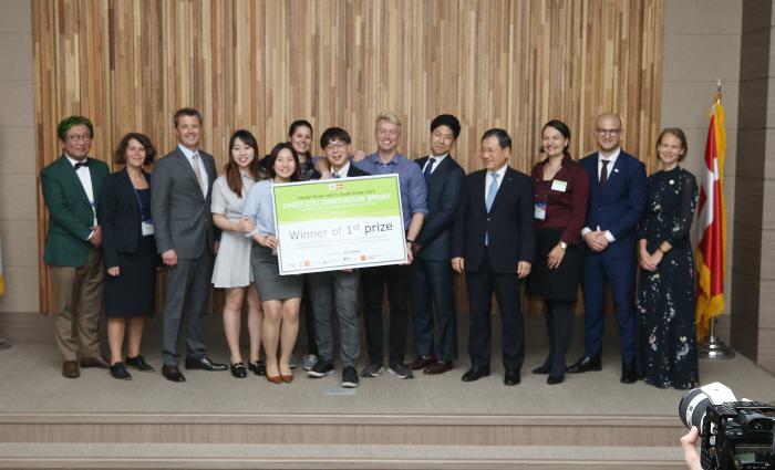 22일 서울 동대문구 KAIST 서울캠퍼스에서 열린 'KAIST-DTU 차세대 P4G 경연대회'에서 우승한 '서코스(CIRCOS)' 팀 학생들(가운데)이 기념 사진을 위해 포즈를 ...