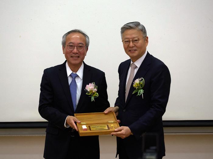 서울대병원 17대 서창석 원장(왼쪽)과 18대 신임 김연수 원장.