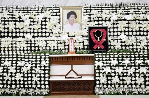 11일 서울 서대문구 세브란스병원 장례식장에 마련된 이희호 여사의 빈소 제단에 무궁화대훈장이 놓여있다. [사진 출처=연합뉴스]