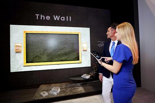 삼성전자 모델이 12일(현지시간) 미국 올랜도에서 열리는 `인포콤 2019`에서 `더 월 럭셔리` 219형 제품을 소개하고 있다. [사진 제공 = 삼성전자]