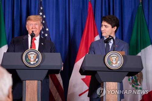 새 북미자유무역협정 타결 후 회견하는 미국·캐나다 정상. [사진 출처=연합뉴스]