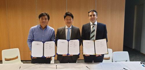 (왼쪽부터) QRF 오명섭 대표이사, STX 박상준 대표이사, 호주 구매사 CEO 시몬 한센(Simon Hansen)이 FPGA 기반 가상화폐 채굴장비 공급 계약을 맺은 뒤 기념사...
