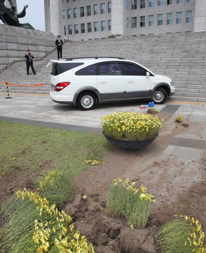 국회 앞으로 돌진한 승합차 [사진 출처 = 연합뉴스]