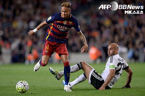 튀니지 출신 수비수 아이멘 압덴누르(오른쪽)는 발렌시아 CF 역사상 최악의 선수로 꼽힌다. 사진(스페인 바르셀로나)=ⓒAFPBBNews = News1