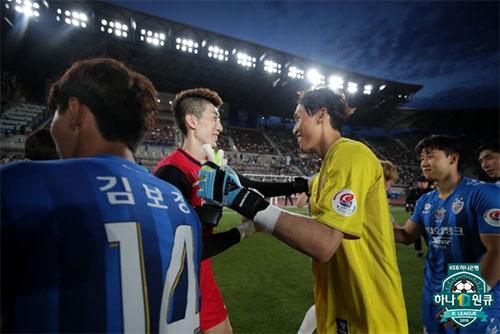 조현우(왼쪽)와 김승규(오른쪽)가 11일 울산에서 K리그 첫 대결을 펼쳤다. 사진=한국프로축구연맹 제공