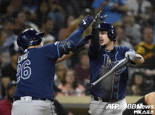 최지만이 7회 투런 홈런을 때린 뒤 팀 동료 위릴 아다메스와 세리머니를 하고 있다. 사진(美 샌디에이고)=ⓒAFPBBNews = News1