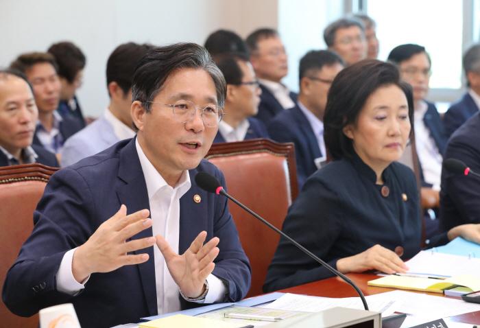 질의에 답변하는 성윤모 장관. [사진 제공 = 연합뉴스]