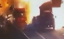 페인트 실은 트럭 충돌,  '무슨 폭탄 터진 줄…'