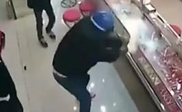"""도둑이 유리깨도 태연한  주인 """"이거 방탄유리야"""""""