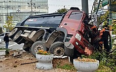출근길에서 덤프트럭  인도로 돌진…2명 부상