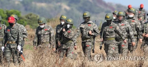 소총들고 행군하는 손흥민 / 사진=연합뉴스