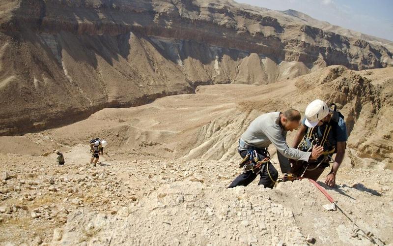 2세기 성경 사본이 발견된 동굴을 향해 로프를 타고 내려가는 발굴팀 / 사진=이스라엘 문화재청