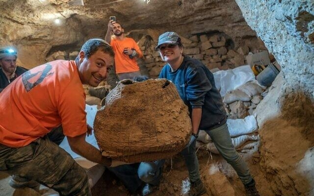 1만년전의 것으로 추정되는 바구니 발굴 모습 / 사진=이스라엘 문화재청