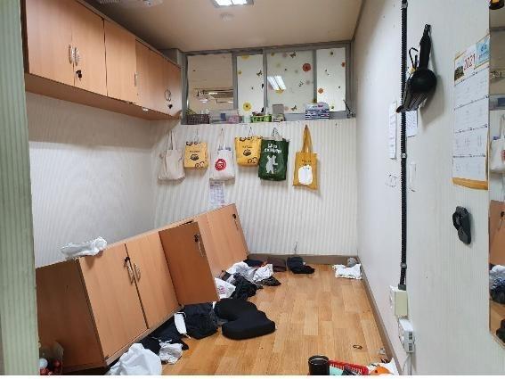 A 고등학교 급식실 휴게실에서 벽에 부착한 옷장이 아래로 떨어진 사고 당시 모습 / 사진=경기학비노조 제공