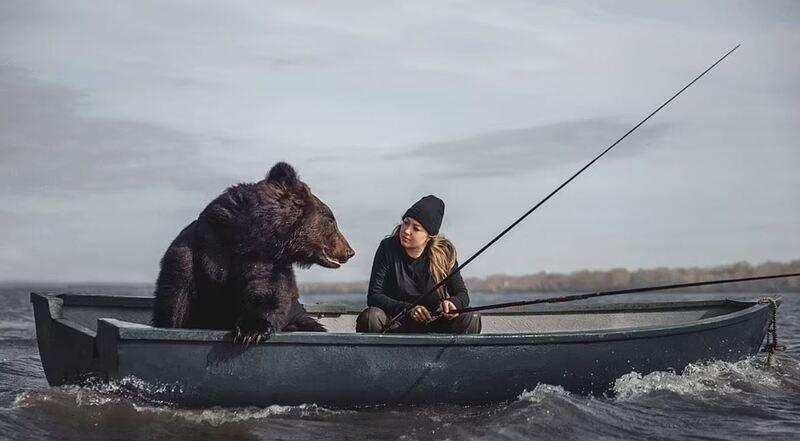 촬영 중인 아르치(좌)와 여성 모델 디치카 베로니카 세르게예브나 / 사진=데일리 메일